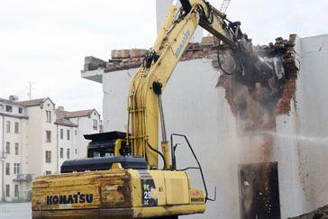 Vareálu pedagogické fakulty dnes stavební firma zahájila demoliční aodklízecí práce původního objektu ve dvorním traktu vulici Poříčí 31.Foto: David Povolný.