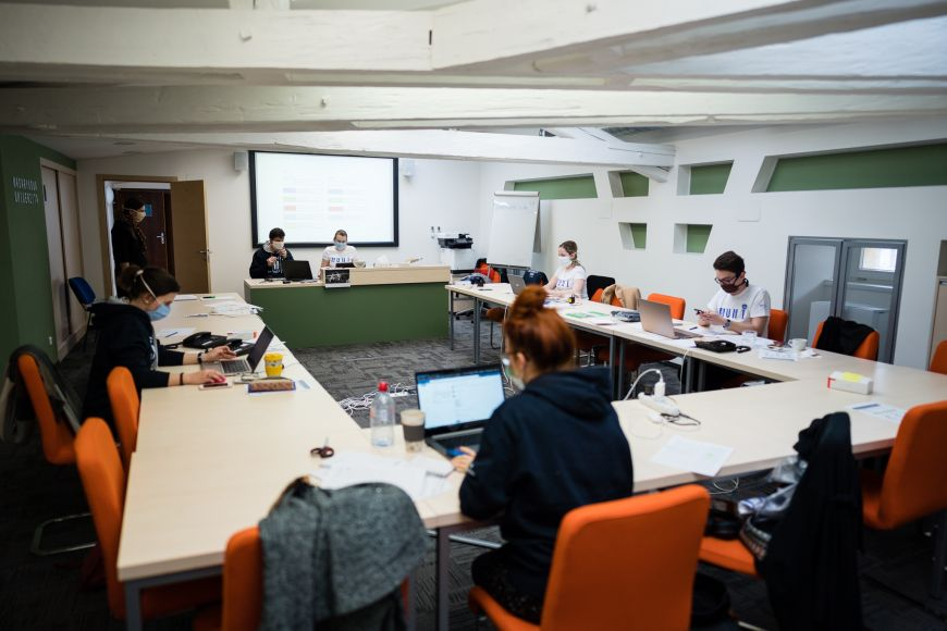 Dobrovolnické centrum na Rektorátu Masarykovy univerzity, kde sedí koordinátoři.