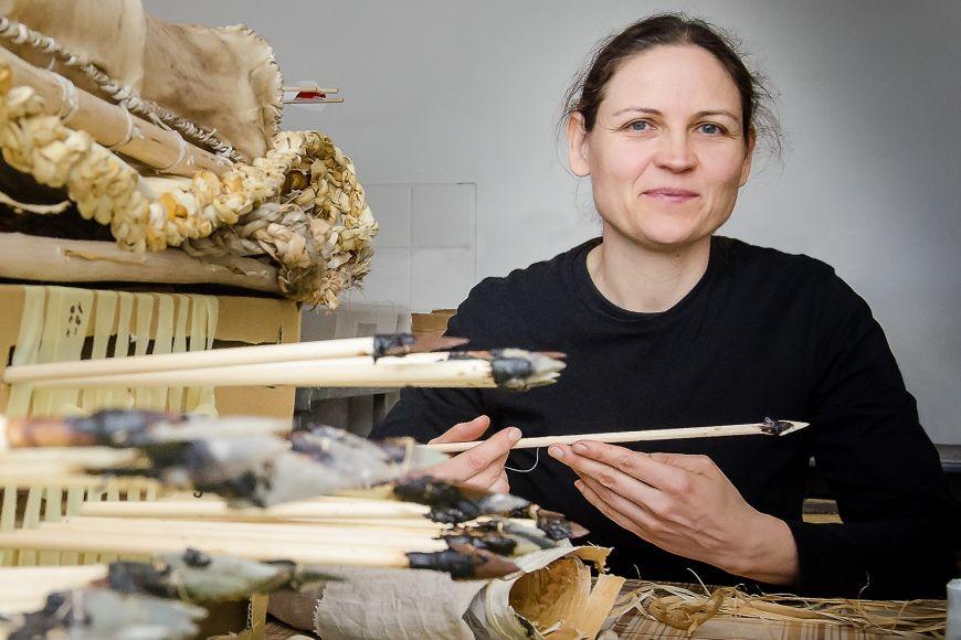 Ludmila Kaňáková Hladíková zkoumá mimo jiné způsob výroby avyužití pravěkých nástrojů azbraní.