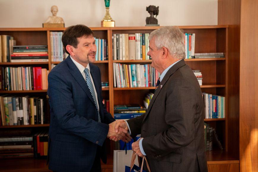 Rektor Martin Bareš přijal velvyslance Stephena B. Kinga.