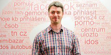 Na stěně za Romanem Duškem jsou výsledky vyhledávání vSeznamu za pět minut jednoho konkrétního dne.