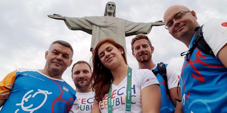 Adéla u sochy Ježíše v Rio de Janeiro spolu s dalšími členy české výpravy.