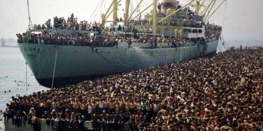 Fotka s oblibou využívaná dezinfomačními weby k znázornění aktuální migrační krize. Ve skutečnosti pochází z roku 1991 a ukazuje prchající Albánce.