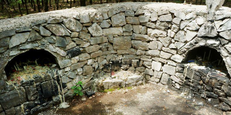 Svatyně, kterou lidé dodnes používají, stojí zřejmě na pozůstatcích zaniklého kostela.