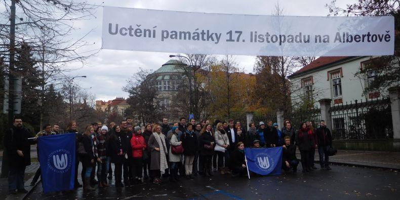 Studenti se stejně jako loni vydali z Brna do Prahy hromadně dvěma autobusy už brzy ráno.
