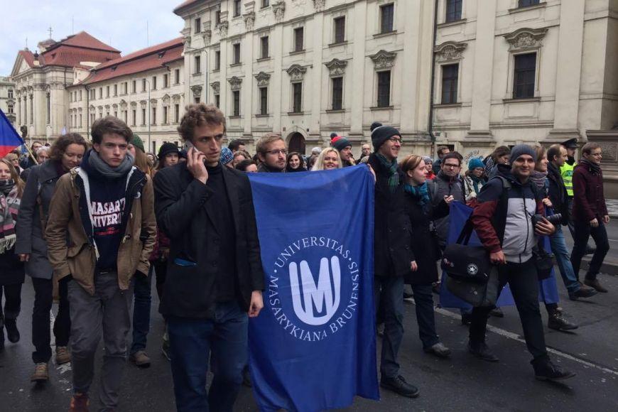 Těsně před polednem se studenti MU přesunuli na Albertov.