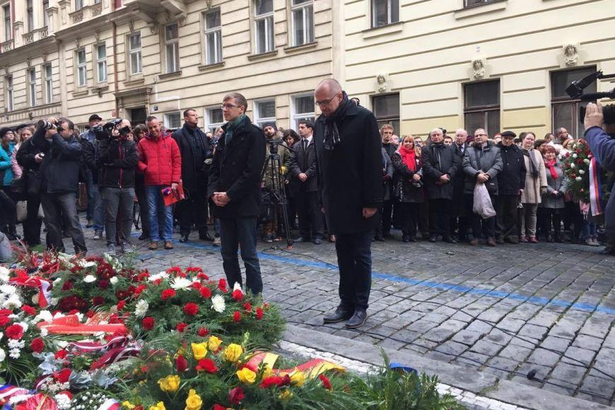 Rektor MU Mikuláš Bek spolu spředsedou Studentské komory AS MU Ondřejem Vymazalem uctili památku studentských obětí uHlávkových kolejí vPraze.