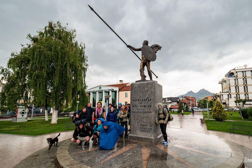 Část účastníků expedice 2019 usochy Alexandra vPrilepu kolem, nějž Alexandr pravděpodobně pochodoval.