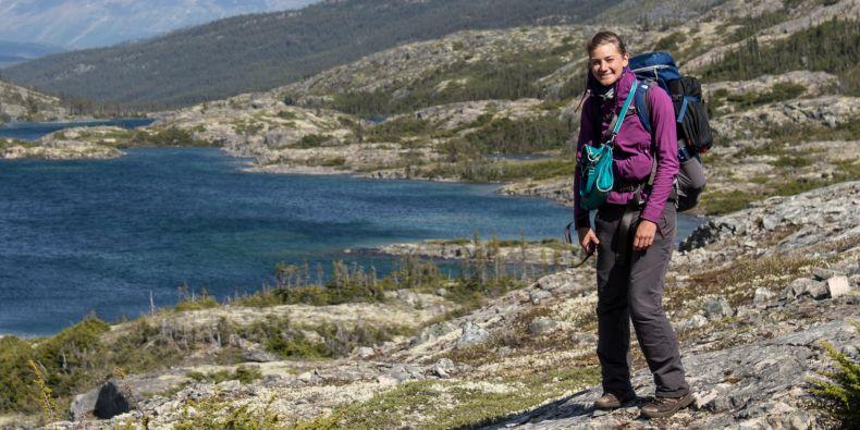 Studentka žurnalistiky Andrea Kakulidu v kanadských horách.