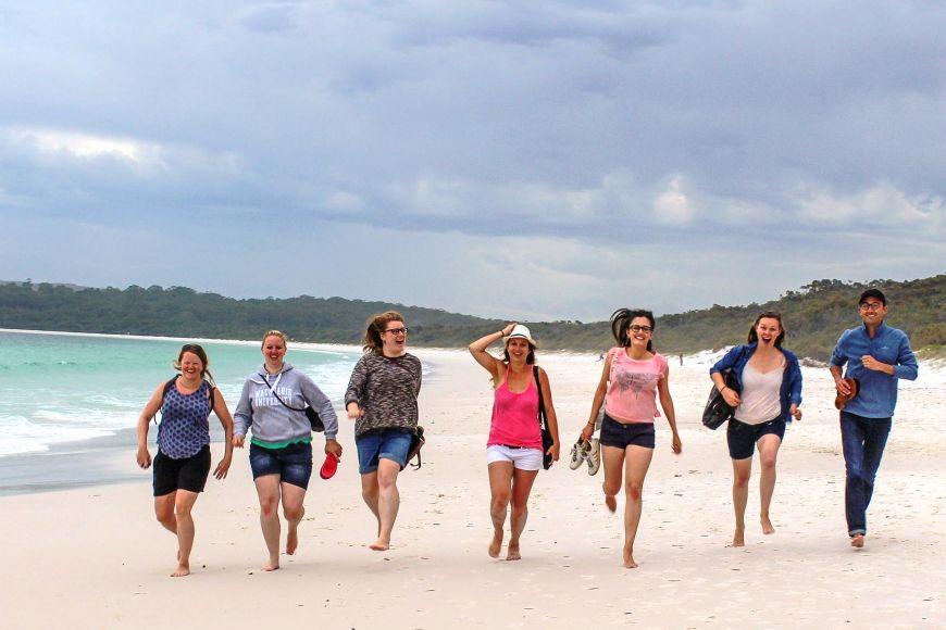 Zahraniční studenti na pláži vJervis Bay vAustrálii.