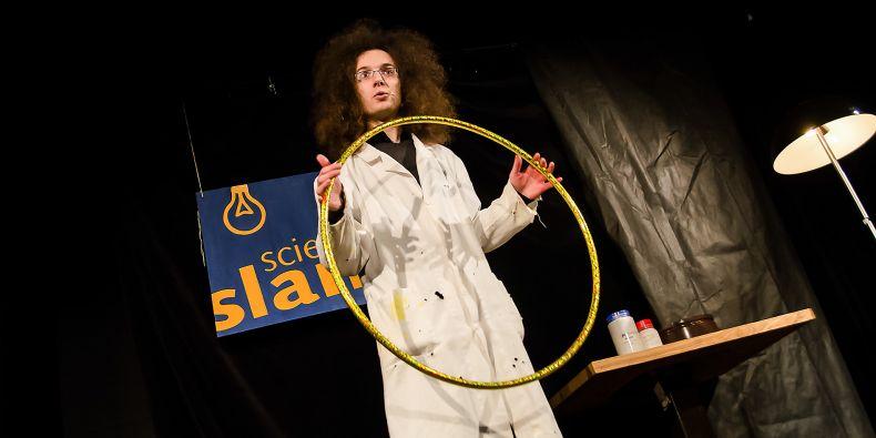 Chemik Tomáš Fiala předvedl na Science slamu nejlepší představení.