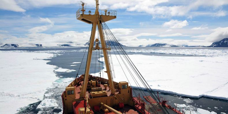 Expedice na stanici J.G. Mendela v Antarktidě se do blízkosti stanice dostala na palubě ledoborce Almirante Oscar Viel.