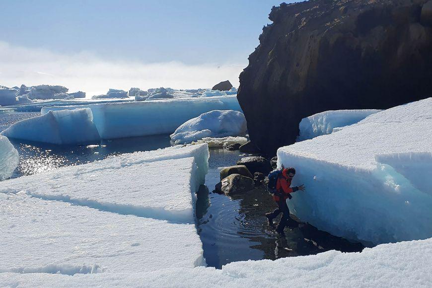 Náročná cesta po pobřeží kolem Bibby Point, které zatarasily ledové kry.