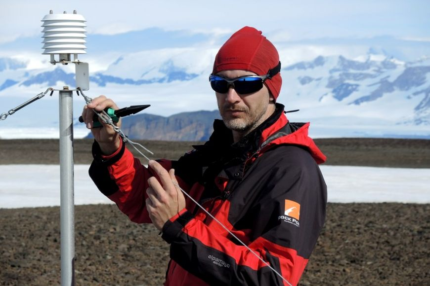 Pravidelná údržba meteorologické stanice na úpatí ledovce Davies Dome.