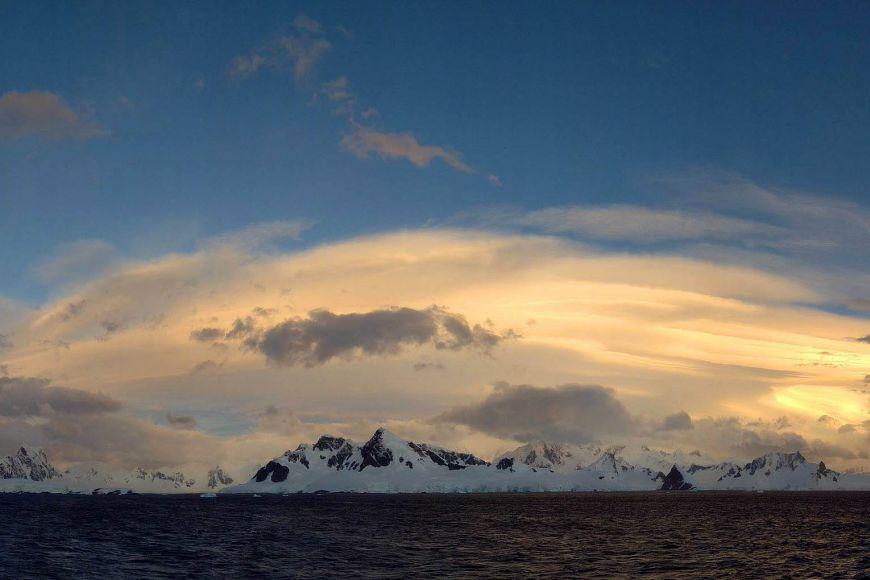Záběr oblaků Altocumulus lenticularis při plavbě Gerlachovým průlivem na západním pobřeží Antarktického poloostrova.