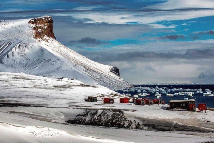 Základna J. G. Mendela vybudovaná Masarykovou univerzitou na ostrově Jamese Rosse vAntarktidě.
