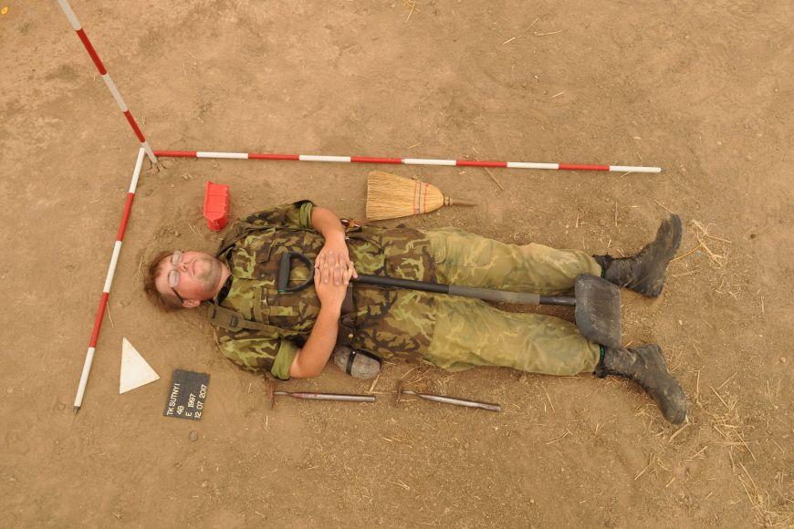 Emil na archeologické praxi (naaranžovaný jako nález ;))