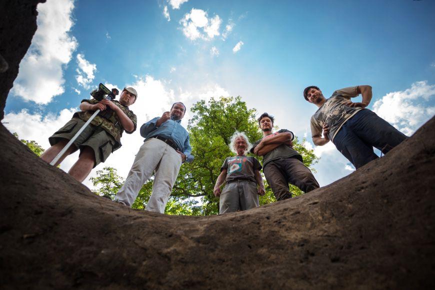 Archeologický tým nad studnou.