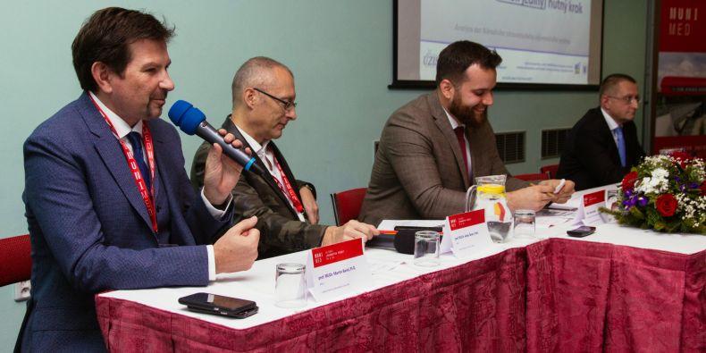 Děkan Martin Bareš (vlevo) na brněnském setkání lékařský fakult Česka a Slovenska.