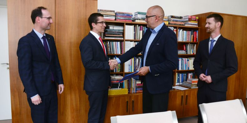 (zleva) Končící děkan FSS Břetislav Dančák, nastupující děkan Stanislav Balík, rektor Mikuláš Bek a předseda Akademického senátu FSS Otto Eibl.