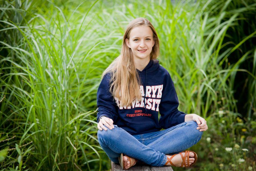 V maturitním ročníku Bára odletěla na týden do Phoenixu, kde svoje výsledky prezentovala na Intel ISEF, mezinárodní soutěži středoškoláků. Vobrovské celosvětové konkurenci skončila 4.vkategorii Biochemie.