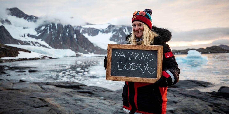 Barbora Chattová, která se zaměřuje na studium rozsivek, byla součástí turecké výpravy na několik ostrovů vZápadní Antarktidě.