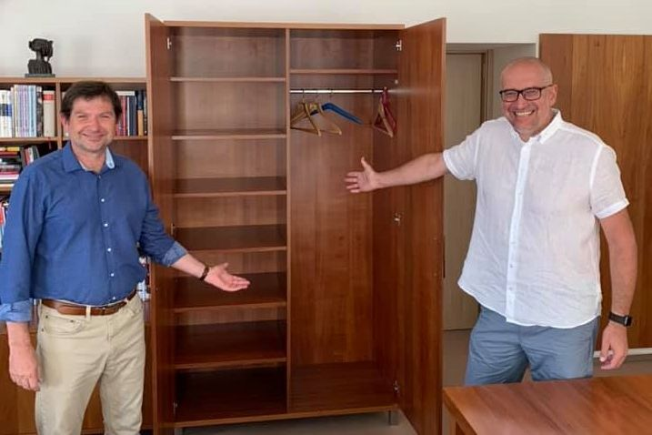 """""""Žádní kostlivci ve skříni"""". Mikuláš Bek (vpravo) vneděli 1. září symbolicky předal svou kancelář Martinu Barešovi (vlevo)."""