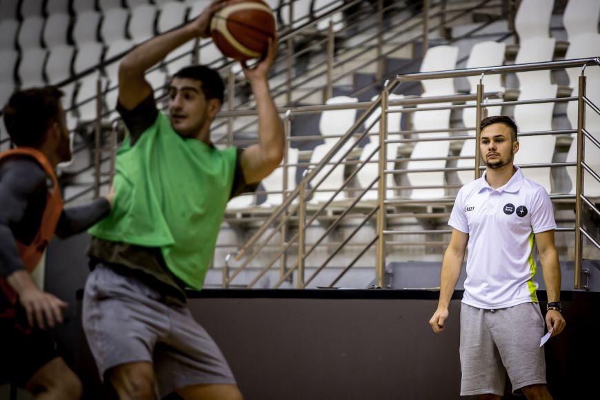 Martin na tréninku basketbalistů vuniverzitní sportovní hale.