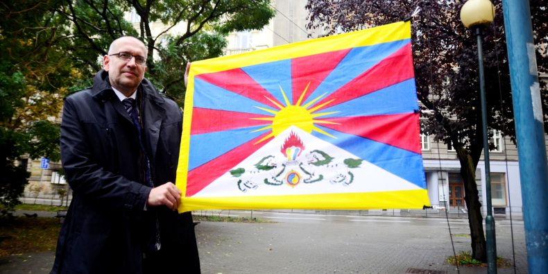 At five minutes to noon (in Czech, this is a symbol for the last minute), Masaryk University hung out a Tibetan flag. In the picture there is the Rector of Masaryk University, Mikuláš Bek.