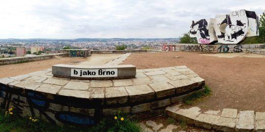 """2 v 1. Na Bílé hoře najdete jeden z nejlepších výhledů na Brno i jedno z proslulých """"b jako brno"""" od sprejera Tima."""