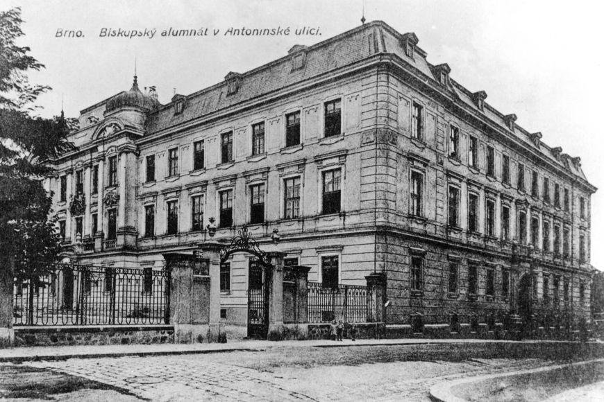 Budova biskupského alumnátu, vjehož aule se konala první přednáška.