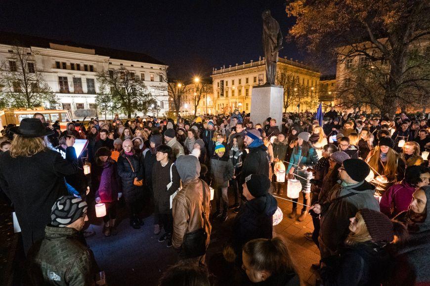 Lampionový průvod usochy Masaryka na Komenského náměstí.