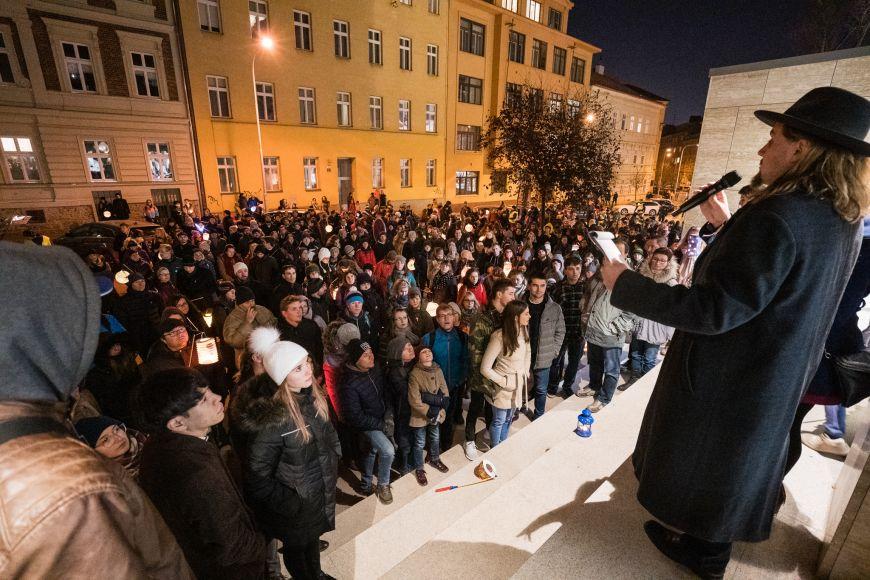 Tradiční zastávka uFilozofické fakulty MU apřipomínka obětí nacistických perzekucí astávky proti komunistickému režimu.