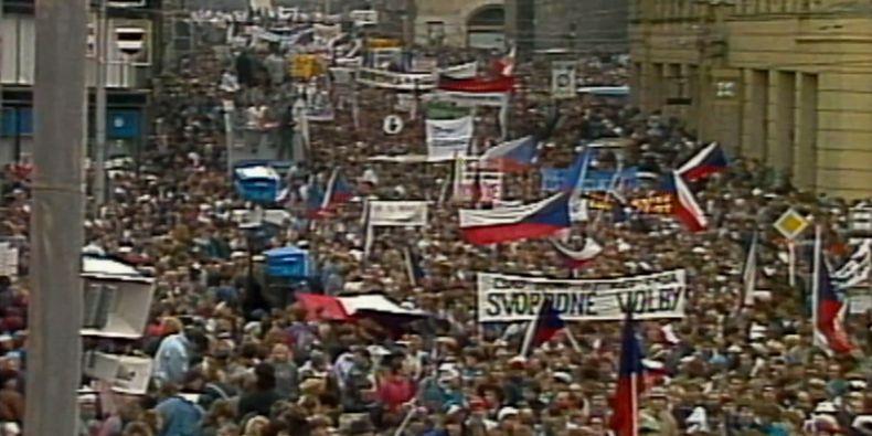 Záběr z generální stávky ze 27. listopadu 1989 z ulice Rašínovy vedoucí na brněnské náměstí Svobody.