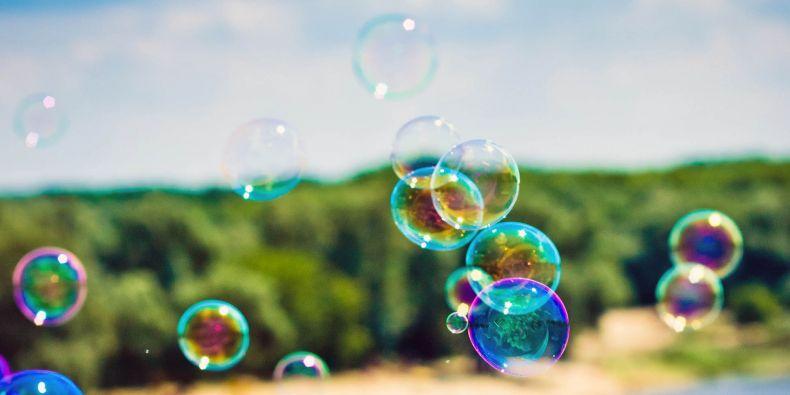 Barvy na mýdlové bublině vznikají skládáním světelných vln.