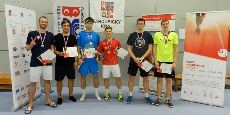 Vloni si řadu úspěchů připsali badmintonisté Muni. Uprostřed Michal Světnička a Adam Mendrek.
