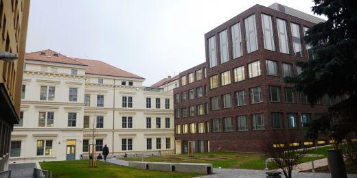 Zrekonstruované budovy A a B1 (vlevo) a nově přistavená část B2 (vpravo)