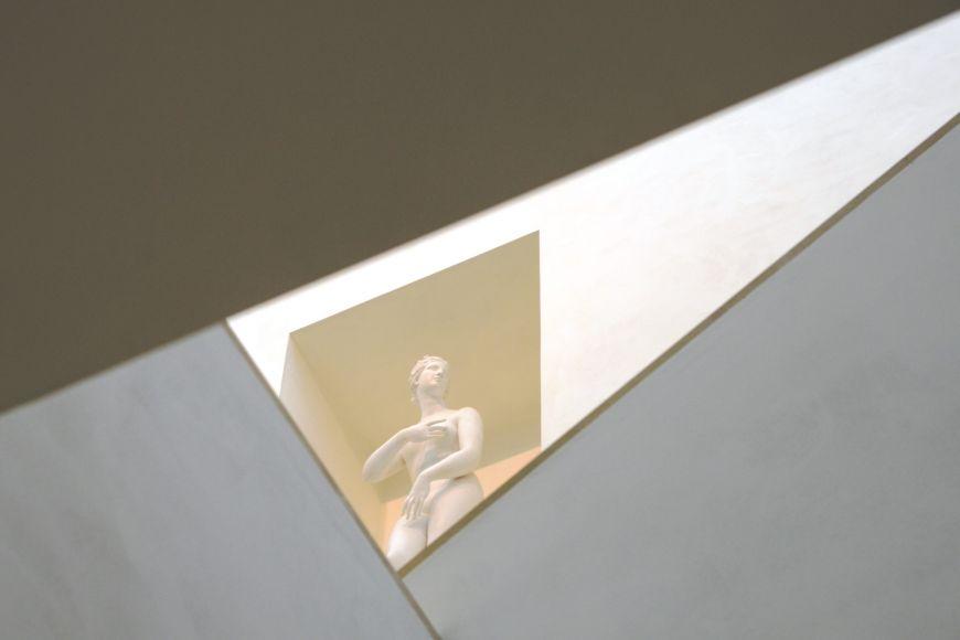 Nové prostory zdobí kopie antických soch, které škola získala po druhé světové válce od zaniklé německé techniky.