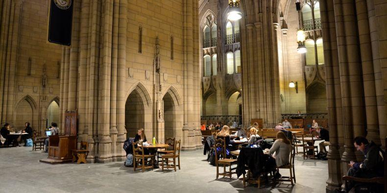 """Katedrála vzdělání je inspirovaná gotickým stylem a atrium s vysokým stropem a lomenými oblouky i tichem """"jako v kostele"""" opravdu připomíná chrám, leč se zde namísto božstva uctívají znalosti a učení."""