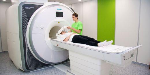 Kromě snímkování mozku lidé podstupují psychologické vyšetření, odběr vzorků krve pro zjištění hladiny stresových hormonů kortizolu a prolaktinu a stěry z úst pro genetický výzkum.