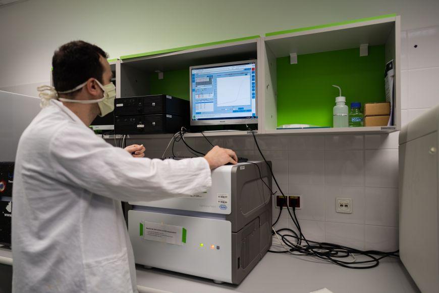 Přístroj pro takzvanou PCR analýzu, která se využívá kprokázání přítomnosti koronaviru ve vzorcích odebraných pacientům.