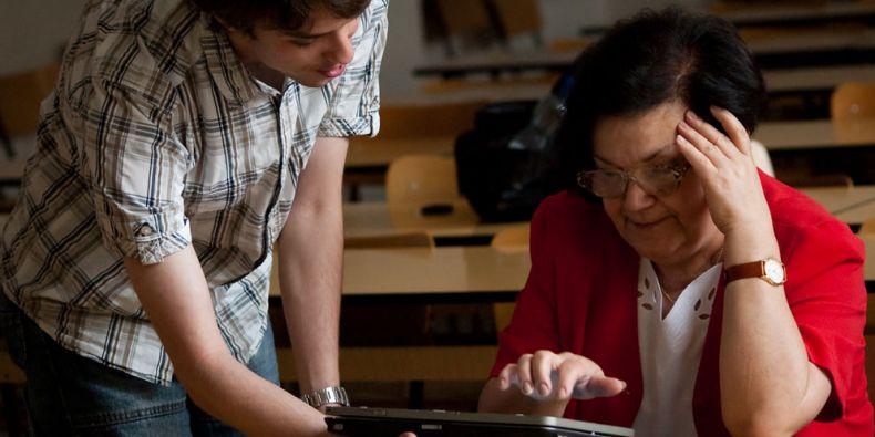 Operační systém pro seniory Celebrio vymysleli studenti na fakultě informatiky a slaví s ním úspěchy. Celý software nejprve testovali společně se seniory. Foto: Archiv Celebrio.