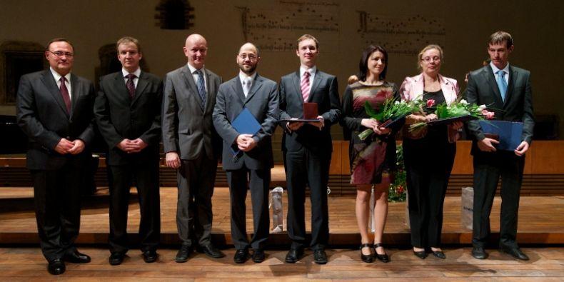 Oceňená absolventka lékařské fakulty Iva Zambo (třetí zprava) a vedoucí její práce profesorka Markéta Hermanová (druhá zprava). Foto: Cena Siemens.