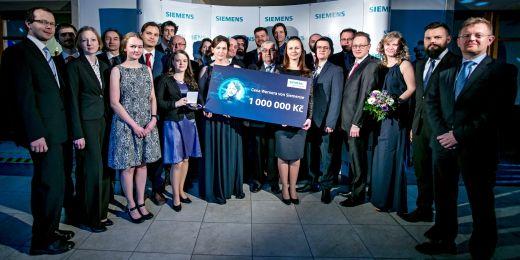 Vítězové ročníku 2017. V první řadě třetí a čtvrtá zleva jsou Eva Vojáčková a Tereza Pařilová. Martin Gajarský je vzadu uprostřed.