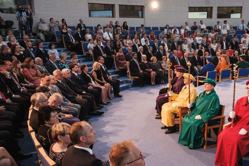 Předávání bronzových medailí stovce význačných absolventů na Festivalu MUNI100.