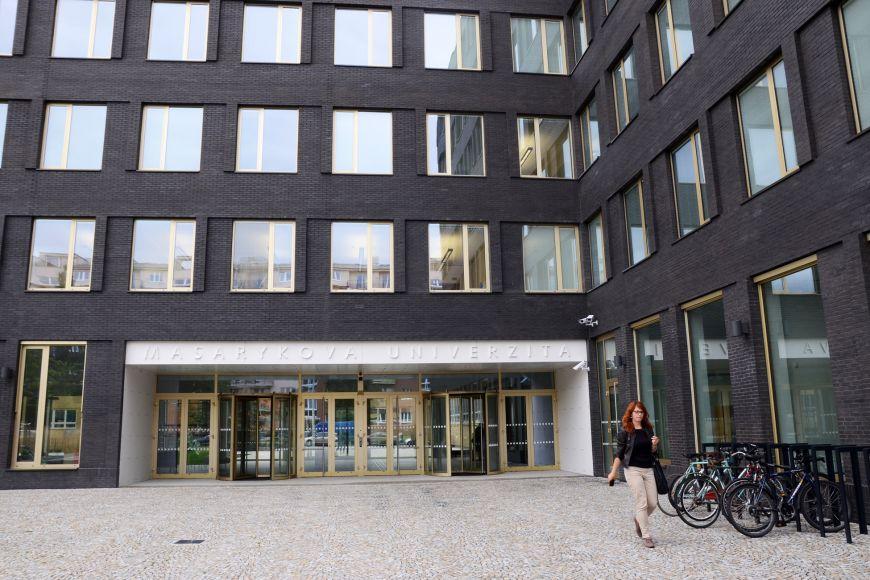 Přebudovaný hlavní vstup do fakulty informatiky.