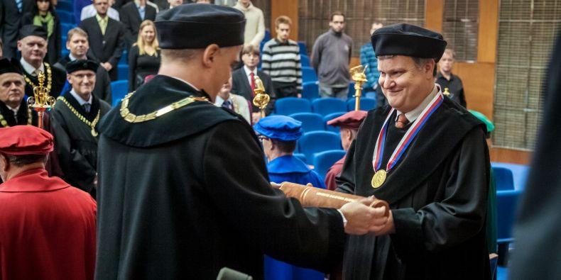 Profesor Thomas A. Henzinger získal čestný doktorát Masarykovy univerzity.