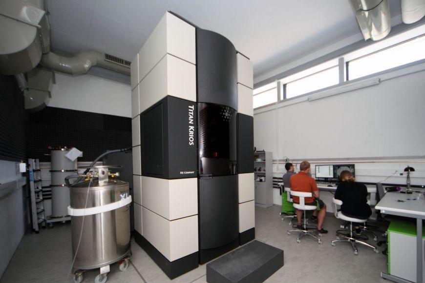 Kryo-elektronový mikroskop je umístěn ve speciálně upravené budově.