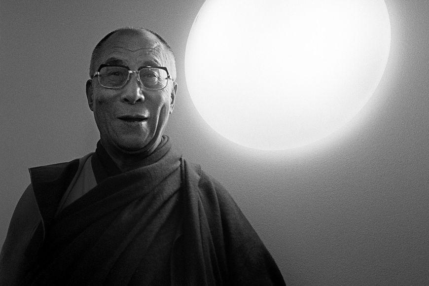 """""""Příští dalajlama měla být hezká ženská,"""" řekl Romanovi při focení současný dalajlama."""