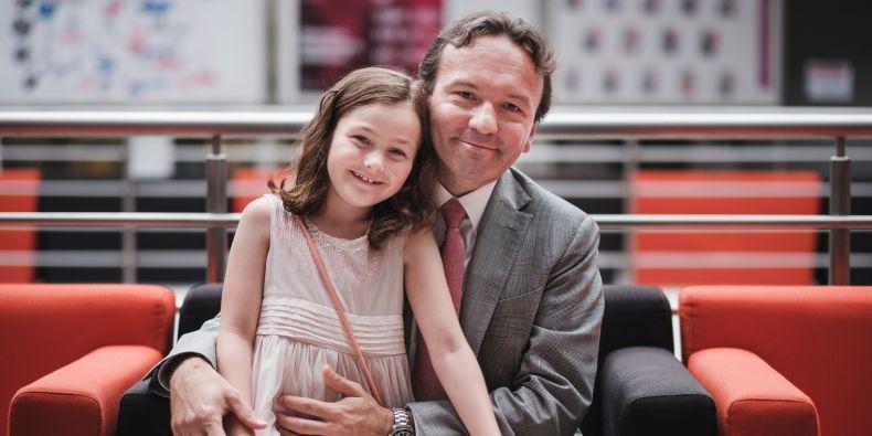 David Rozumek navštívil červnový Den absolventů na Ekonomicko-správní fakultě MU i se svou dcerou.